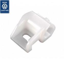 Attache simple pour canalisation rigide de frein
